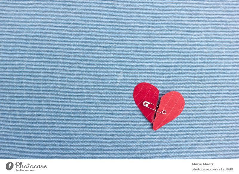 Herz reparieren - Zerrissenes Herz mit Sicherheitsnadel festhalten Liebe blau rot Traurigkeit Trauer Liebeskummer Schmerz Enttäuschung Verzweiflung Zusammenhalt
