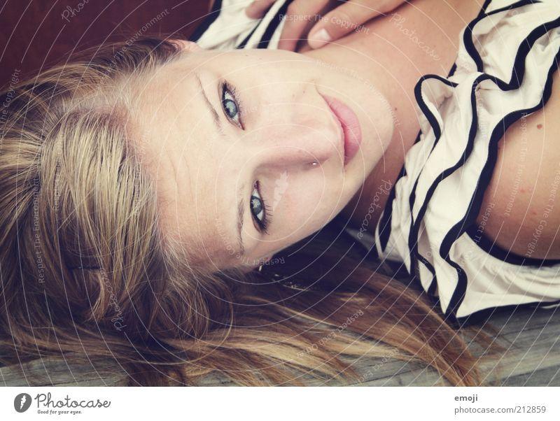 stunnin' Mensch Jugendliche schön Gesicht feminin blond Erwachsene liegen natürlich Lächeln langhaarig Rüschen 18-30 Jahre Rüschenhemd