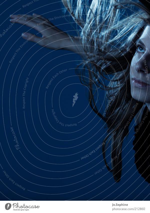 deep blue Mensch Jugendliche blau Erwachsene Junge Frau feminin 18-30 Jahre springen träumen Schweben verträumt Leichtigkeit Anschnitt Phantasie bezaubernd Frauengesicht
