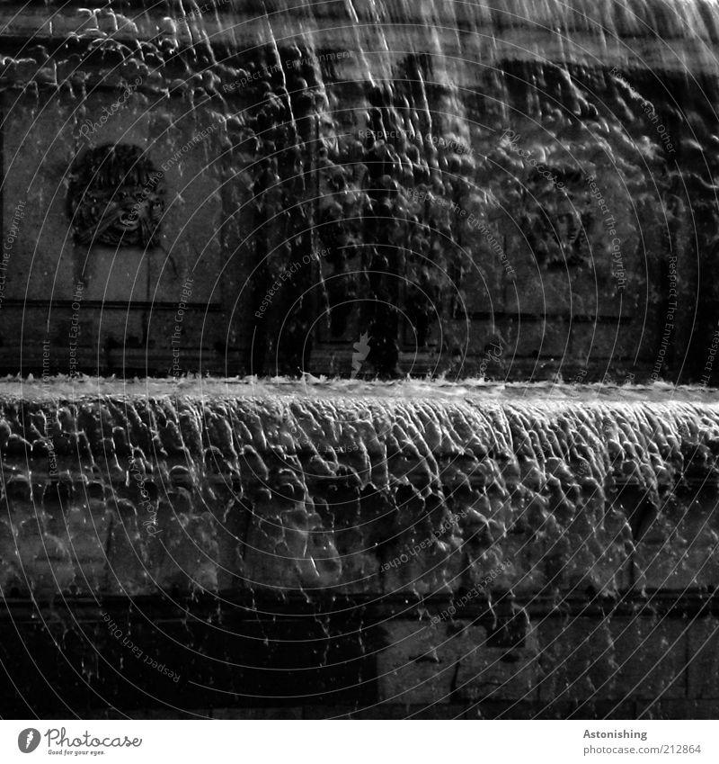 erster und zweiter Stock Wasser weiß schwarz grau Stein Wassertropfen nass fallen Bauwerk Brunnen durchsichtig silber feucht Bildausschnitt fließen spritzen