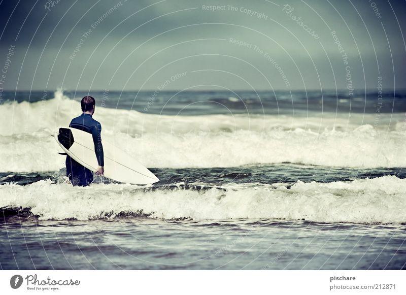 Vorfreude II Lifestyle Freizeit & Hobby Wassersport Sportler Mann Erwachsene Himmel Sommer Wellen Küste Meer sportlich Freude Lebensfreude Mut Leidenschaft