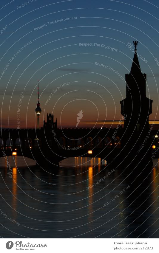 Postkarte blau Wasser Stadt schön schwarz Berlin Stimmung ästhetisch Tourismus Brücke Perspektive Turm Fluss Wahrzeichen Hauptstadt Berliner Fernsehturm