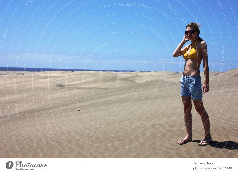 Sandgefühl Erholung Freiheit Sommerurlaub Insel feminin Junge Frau Jugendliche 1 Mensch 18-30 Jahre Erwachsene Landschaft Himmel Schönes Wetter Strand Meer Düne