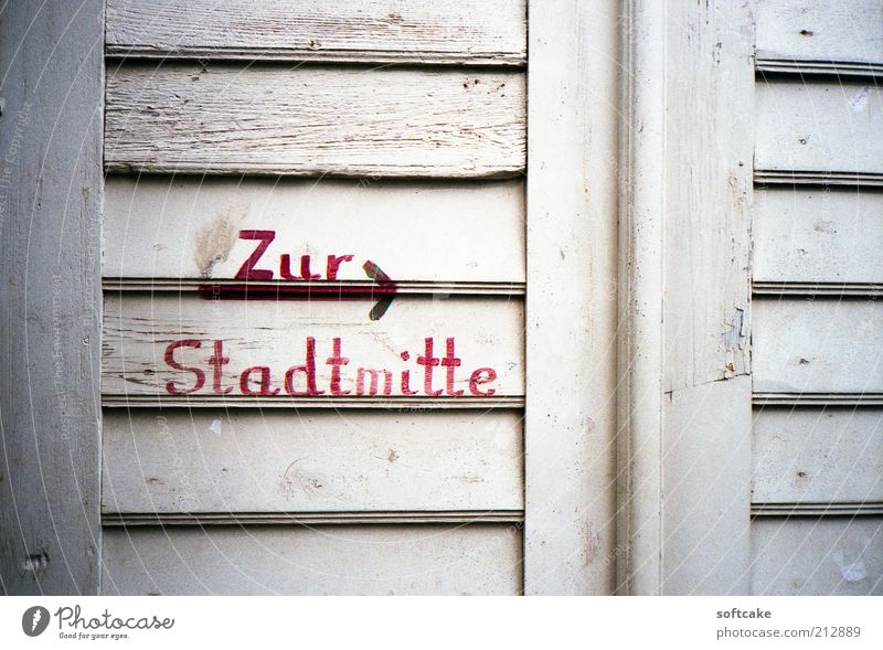 The Stadtmitte Ferien & Urlaub & Reisen Tourismus Ausflug Sightseeing Städtereise Kleinstadt Fenster Tür Holz Zeichen alt Originalität rot weiß authentisch