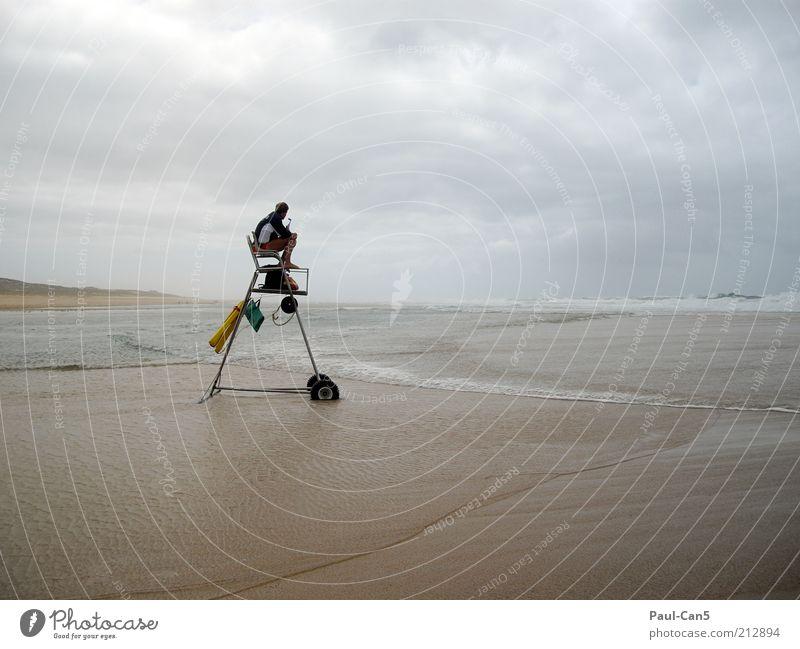 Security Mensch Mann Ferien & Urlaub & Reisen Meer Strand Wolken Einsamkeit Erwachsene Ferne Sand Stimmung Wellen sitzen maskulin Tourismus Sicherheit