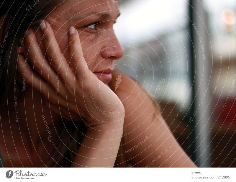 Bonjour tristesse Mensch Frau Hand ruhig Erwachsene Erholung Kopf Denken träumen Zufriedenheit warten Finger authentisch beobachten Gelassenheit Langeweile