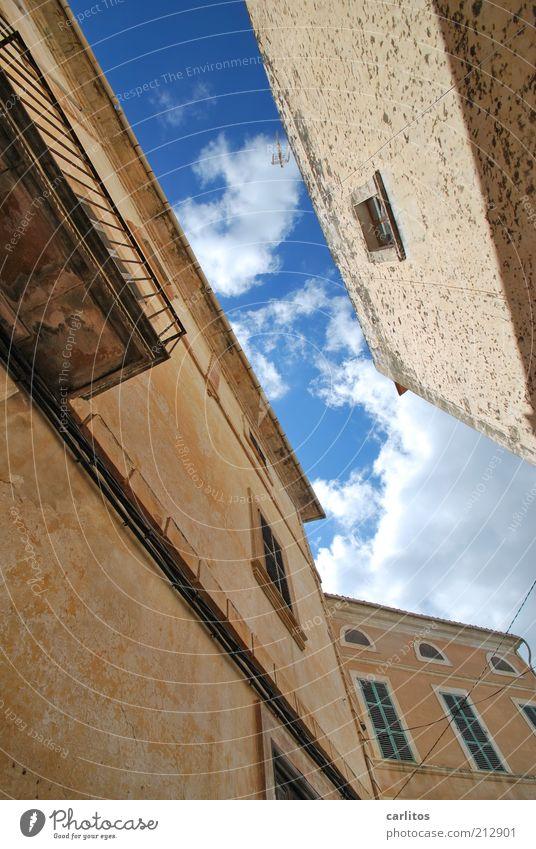 Was dem zett sein Hinterhof ... alt Himmel blau Sommer Haus Wolken Wand Fenster Mauer Wärme braun Fassade ästhetisch Tourismus stehen