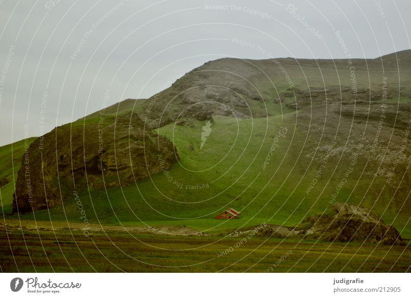 Island Umwelt Natur Landschaft Himmel Wiese Hügel Felsen Berge u. Gebirge Haus Einfamilienhaus Hütte Gebäude Häusliches Leben klein natürlich grün Stimmung