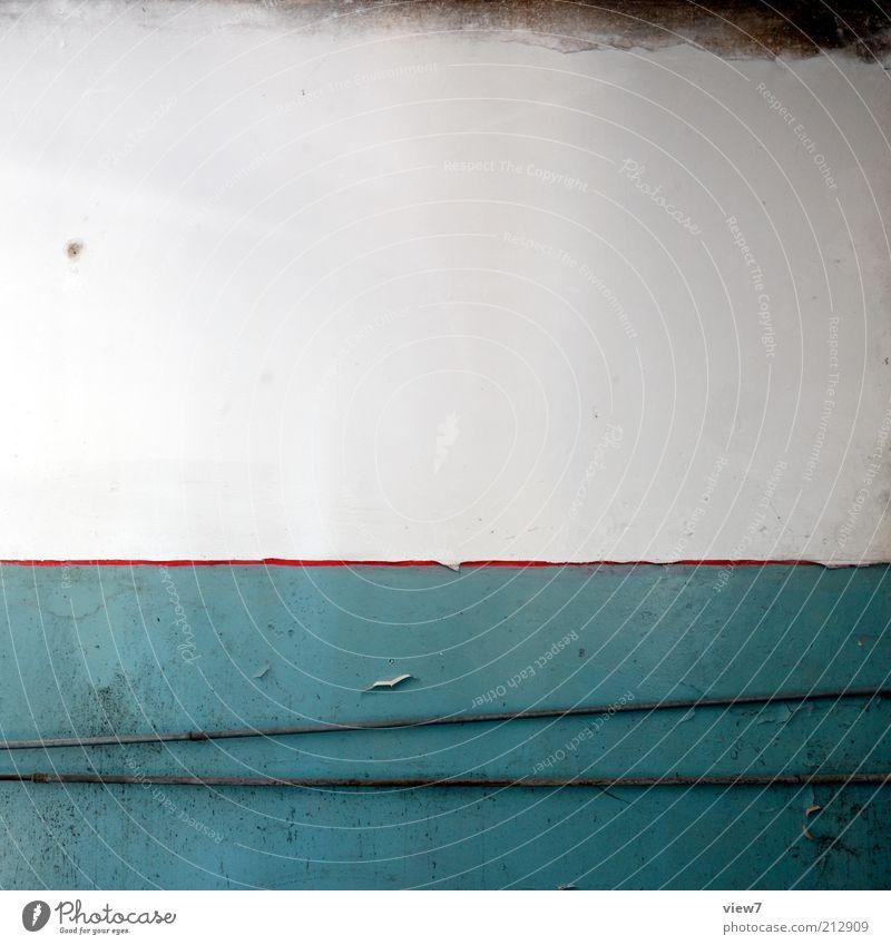 Zierstreifen. alt blau dunkel Wand Stein Mauer Linie dreckig Beton Fassade Ordnung ästhetisch kaputt Wandel & Veränderung Häusliches Leben Vergänglichkeit