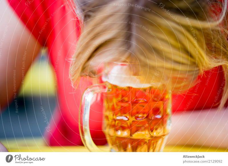 Durst Mensch Frau Jugendliche Junge Frau Sommer 18-30 Jahre Erwachsene Leben feminin Feste & Feiern trinken Bier Jahrmarkt Biergarten Alkoholsucht