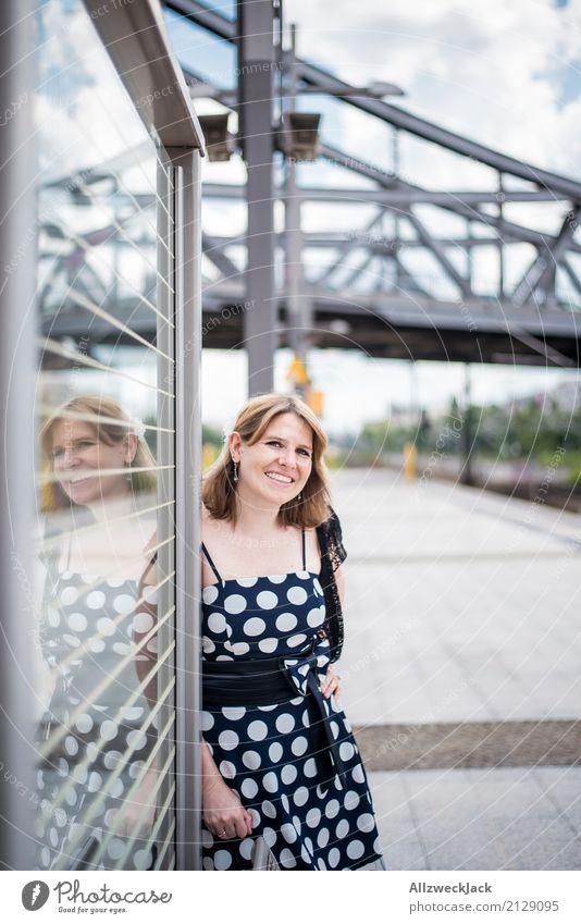 Girl & Dots 2 Frau Junge Frau 18-30 Jahre feminin Berlin Fröhlichkeit Lebensfreude Brücke Kleid Hauptstadt Stadtzentrum selbstbewußt Bahnhof Sympathie Bahnsteig