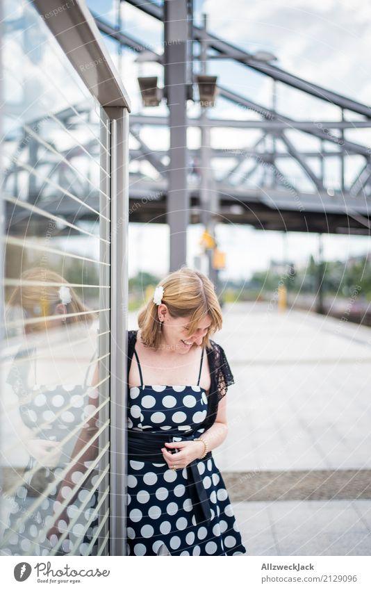 Girl & Dots 3 Frau Junge Frau 18-30 Jahre feminin Berlin Fröhlichkeit Lebensfreude Brücke Kleid Hauptstadt Stadtzentrum selbstbewußt Bahnhof Sympathie Bahnsteig