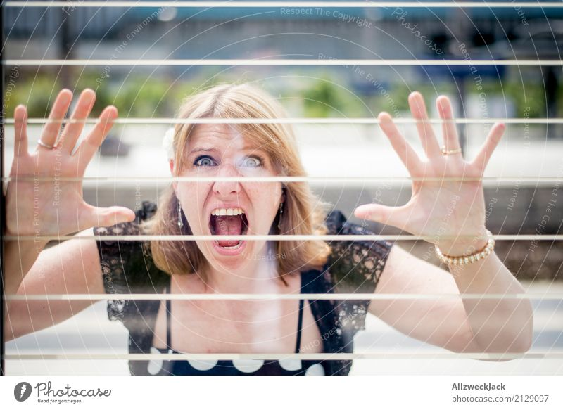 Girl & Dots 4 Farbfoto Außenaufnahme Tag Porträt Oberkörper Zentralperspektive Blick in die Kamera Frau Junge Frau 1 Mensch 30-45 Jahre 18-30 Jahre Berlin