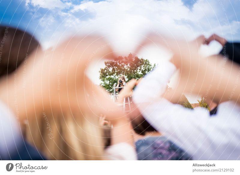 Love & Cheese. Please. Hand Leben Lifestyle Liebe Glück Zusammensein Fröhlichkeit Herz Lebensfreude Romantik Hochzeit Körperhaltung Kitsch Menschenmenge