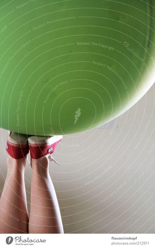 upside down harmonisch Beine 1 Mensch Schuhe Turnschuh rund grün Luftballon Farbfoto Tag Frauenbein Chucks Gleichgewicht Geschicklichkeit Körperbeherrschung