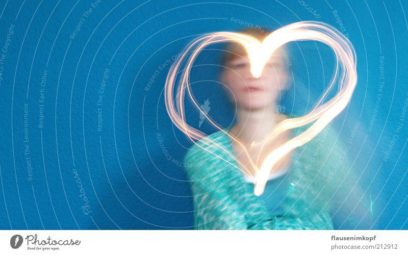 recht herzlich Mensch feminin Junge Frau Jugendliche 1 18-30 Jahre Erwachsene Zeichen Herz Bewegung Glück positiv blau Gefühle Freude Fröhlichkeit Zufriedenheit