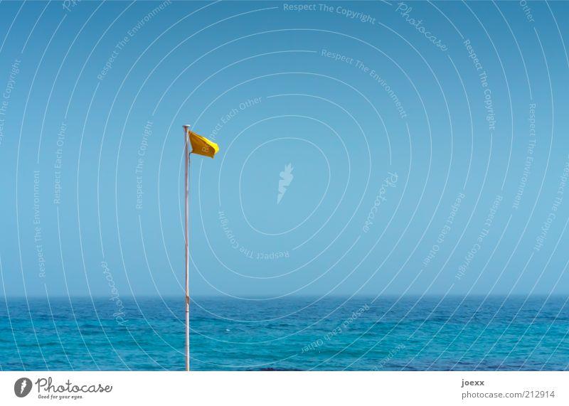 Die gelbe Fahne Himmel Wolkenloser Himmel Sommer Schönes Wetter Küste Nordsee Ostsee Meer See Flüssigkeit blau Sicherheit achtsam Wachsamkeit Freiheit Horizont