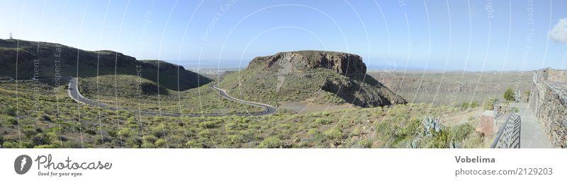 Straße im Süden von Gran Canaria Natur Landschaft Himmel Wolkenloser Himmel Hügel Berge u. Gebirge Verkehrswege Straßenverkehr blau braun grau grün Farbfoto