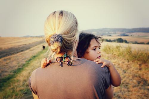 Mutter und Kind Mensch Erwachsene Liebe feminin Gefühle Zusammensein Feld Kindheit Neugier Spaziergang entdecken Schutz Sicherheit festhalten