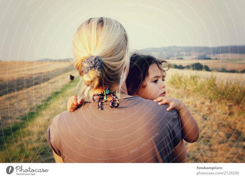 Mutter und Kind Mensch Kleinkind Erwachsene Kindheit 2 Feld entdecken Blick tragen Umarmen Zusammensein Gefühle Vertrauen Sicherheit Schutz Geborgenheit Liebe