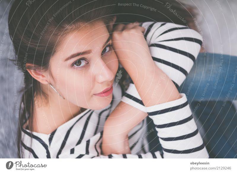 Schönes junges Mädchen, das, glücklich schauend lächelt Mensch Frau Natur Sommer schön grün weiß Blume Erholung Freude Gesicht Erwachsene Lifestyle Gras Glück
