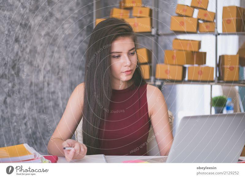 Berechnung der Portokosten eines kleinen Pakets kaufen Glück schön Sofa Wohnzimmer Studium Student Beruf Mittelstand Notebook Internet Frau Erwachsene