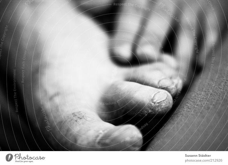 fühlen. maskulin Mann Erwachsene Haut Beine Fuß 18-30 Jahre Jugendliche alt berühren genießen Hornschicht ungepflegt ruhig eng Akzeptanz Schwarzweißfoto