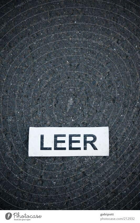 ich fühl mich heute .... Straße Schilder & Markierungen leer Schriftzeichen einfach Asphalt Schlagwort Hinweisschild Wort ausdruckslos Symmetrie Erschöpfung Hinweis Leerstand Sinnbild
