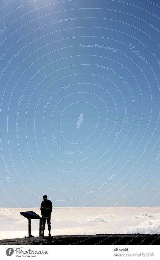 Wo geht´s hier nach Wolkenkuckucksheim? Mensch Mann Erwachsene 1 Himmel Wolkenloser Himmel Sonnenlicht Berge u. Gebirge Fußgänger Wegweiser lesen Blick Freiheit