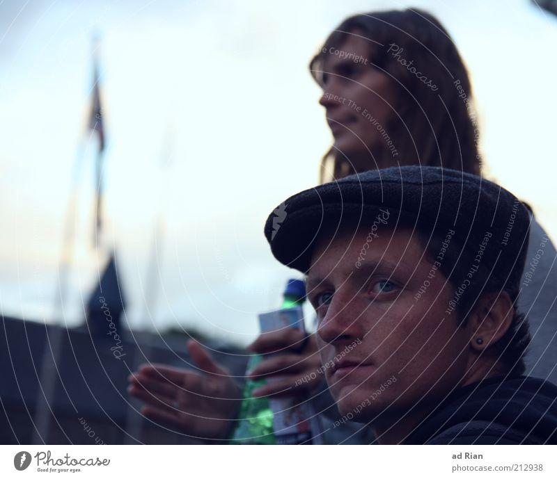 Weggefährten maskulin Junge Frau Jugendliche Junger Mann Kopf 2 Mensch 18-30 Jahre Erwachsene Altstadt Skyline bevölkert Mütze Denken Erholung genießen träumen