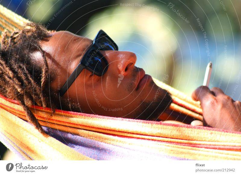 just relax maskulin Mann Erwachsene Kopf 1 Mensch 18-30 Jahre Jugendliche Sonnenbrille schwarzhaarig Rastalocken Erholung Rauchen Gelassenheit Farbfoto