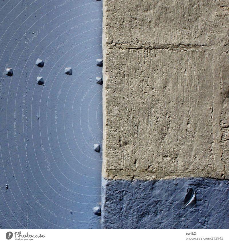 Punkte und Linien Mauer Wand Fassade Tür leuchten alt ästhetisch eckig einfach frisch hell historisch blau grau elegant Farbstoff Anstrich Farbe Niete Metall
