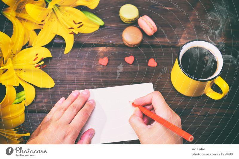 weibliche Hände mit einem roten Stift Natur Pflanze schön Hand Blume Blatt schwarz gelb hell Dekoration & Verzierung frisch Papier Kaffee lecker Postkarte