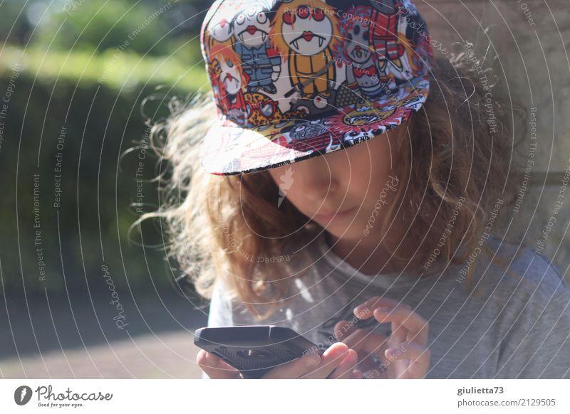 Generation Z | Kind mit cooler Kappe und vertieft in sein Handy Freizeit & Hobby Spielen Computerspiel maskulin Junge Kindheit Leben 1 Mensch 8-13 Jahre