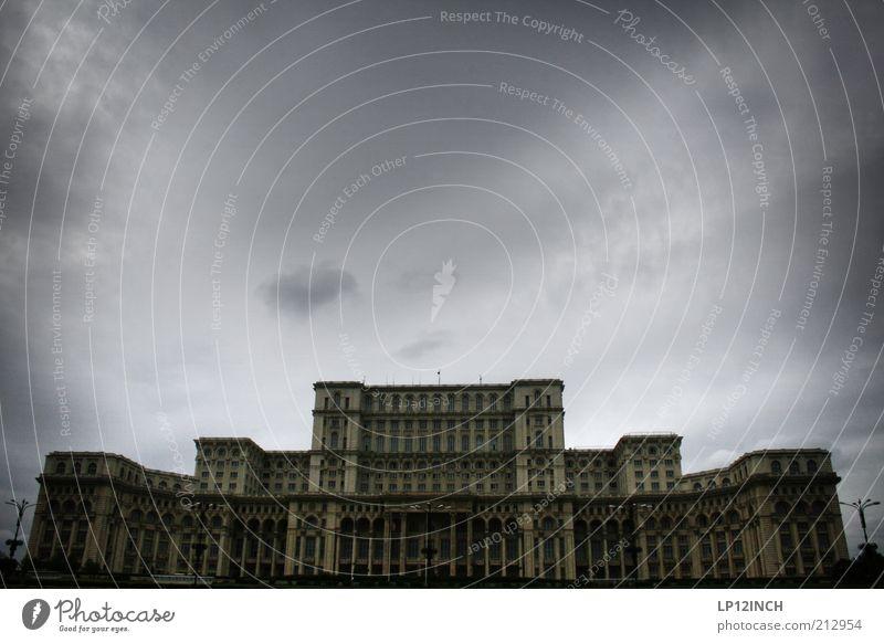 Bucuresti dunkel Architektur grau außergewöhnlich verrückt bedrohlich gruselig historisch Hauptstadt Sehenswürdigkeit eckig hässlich Gewitterwolken Bekanntheit
