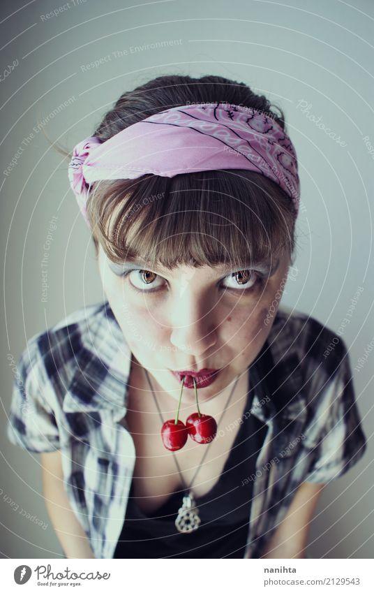 Junge Frau beim Kirschenessen Lebensmittel Frucht Essen Lifestyle schön Haut Gesicht Kosmetik Gesunde Ernährung Wellness harmonisch Mensch feminin Jugendliche 1