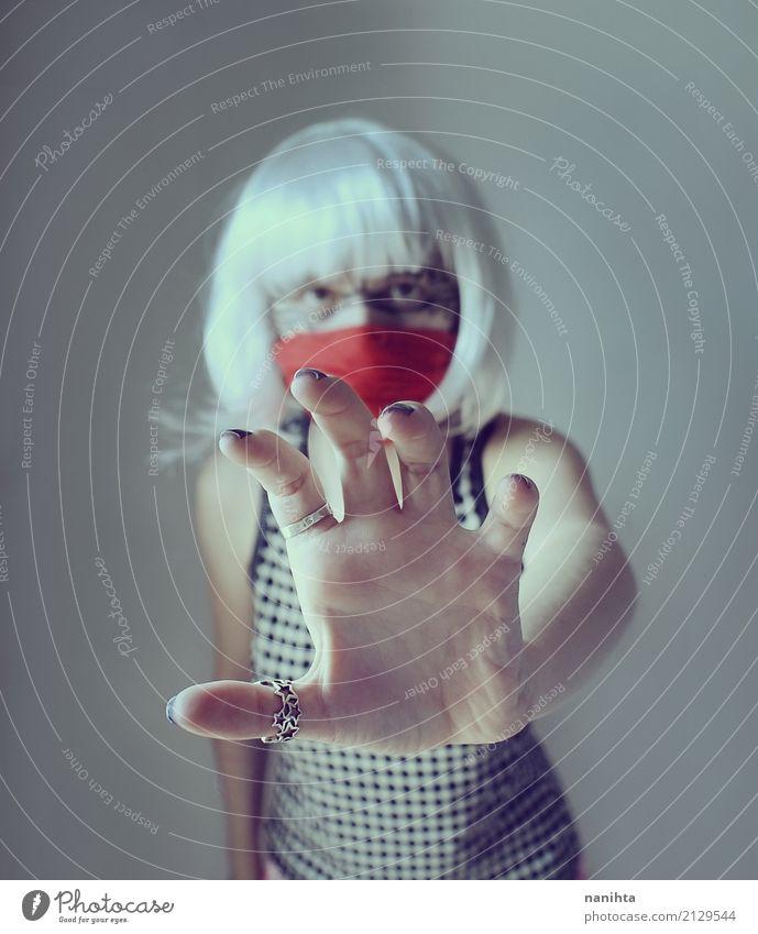 Mysteriöse Frau, die versucht, die Kamera zu berühren Sinnesorgane Halloween Mensch feminin Junge Frau Jugendliche 1 18-30 Jahre Erwachsene T-Shirt Kopftuch