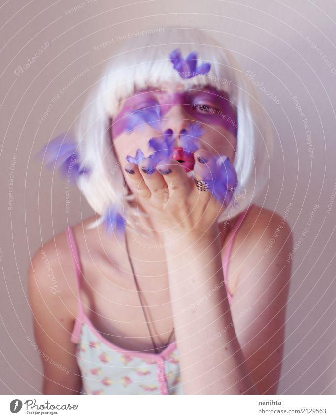 Künstlerisches Porträt einer Frau, die purpurrote Blumen durchbrennt exotisch schön Schminke Wellness Sinnesorgane Mensch feminin Junge Frau Jugendliche 1