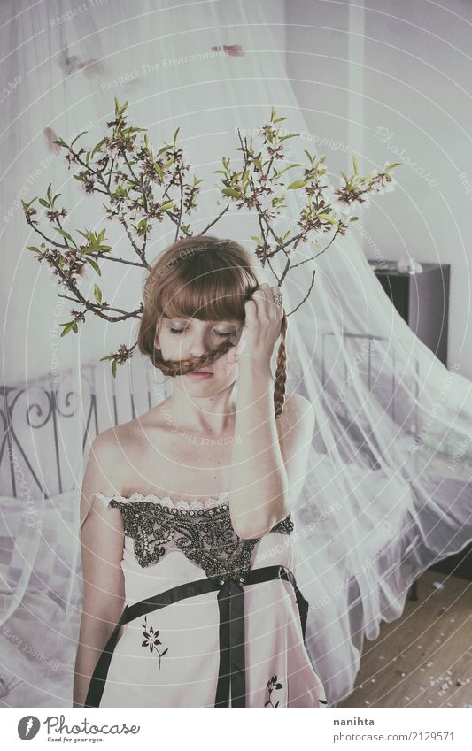 Junge Frau in ihrem Raum mit Baumasten über ihrem Kopf Mensch Jugendliche schön weiß Blume Erholung Blatt ruhig 18-30 Jahre Erwachsene Innenarchitektur feminin
