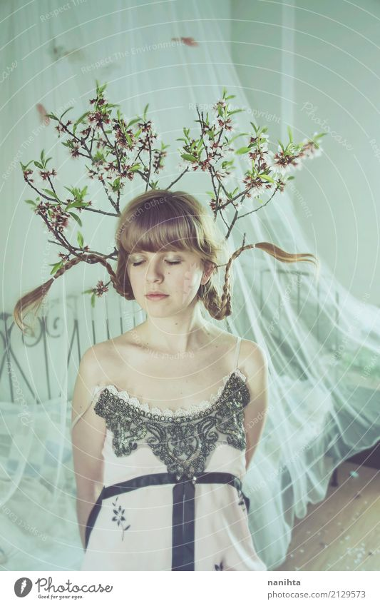 Junge Frau mit den Niederlassungen, die in ihrem Kopf wachsen Mensch Natur Jugendliche Baum Blume ruhig 18-30 Jahre Erwachsene Frühling Innenarchitektur