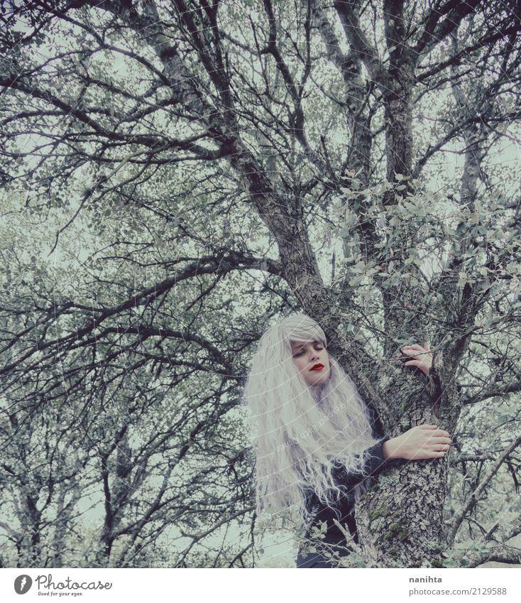 Junge Frau mit dem weißen Haar umarmt einen Baum Mensch Natur Jugendliche schön Winter Wald 18-30 Jahre schwarz Erwachsene Umwelt Herbst natürlich feminin