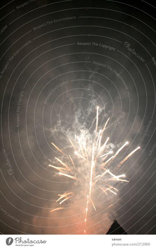Feuerwerk Himmel Natur rot schwarz dunkel Feuer Rauch Blitze Feuerwerk Nachthimmel Funken gigantisch sprühen