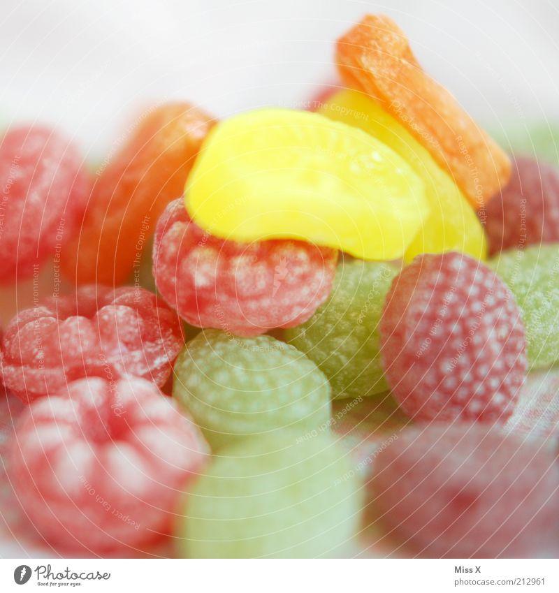 bunter Karies Lebensmittel Frucht Süßwaren Ernährung lecker sauer süß Zucker Bonbon himbeerbonbon Himbeeren ungesund Klebrig Farbfoto mehrfarbig Innenaufnahme
