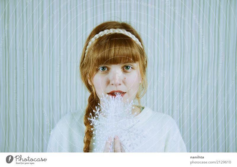 Junge blonde Frau, die eine dekorative Schneeflocke anhält schön Haare & Frisuren Feste & Feiern Weihnachten & Advent Silvester u. Neujahr Mensch feminin
