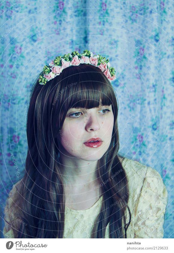 Portrait einer reizenden Frau mit Retro- Kleidung elegant Stil Mensch feminin Junge Frau Jugendliche 1 18-30 Jahre Erwachsene Blume Mode Stoff Haarband brünett