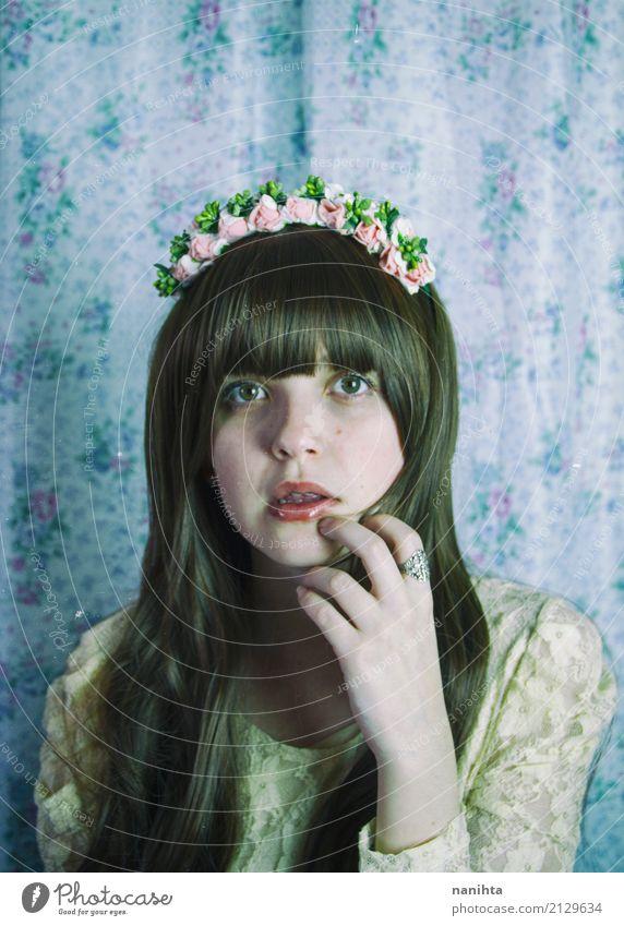 Junge und nette Frau, die Retro- Kleidung trägt elegant Stil schön Mensch feminin Junge Frau Jugendliche 1 18-30 Jahre Erwachsene Blume Mode Spitze Haarband