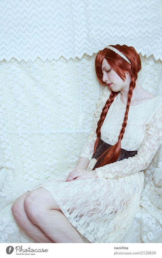 Schöne Rothaarige Frau mit einem Spitzenkleid Mensch Jugendliche Junge Frau schön weiß rot Einsamkeit 18-30 Jahre Erwachsene feminin Stil Mode träumen elegant