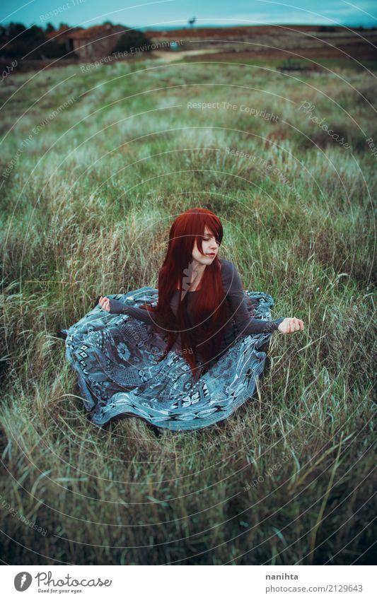Junge Rothaarigefrau, die auf einem Gebiet sitzt Mensch feminin Junge Frau Jugendliche 1 18-30 Jahre Erwachsene Umwelt Natur Landschaft Frühling Herbst Klima