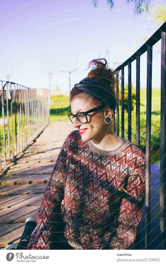 Junge nerdy Frau, die einen Tag an einem Park genießt Lifestyle Wellness Wohlgefühl Mensch feminin Junge Frau Jugendliche 1 18-30 Jahre Erwachsene Frühling