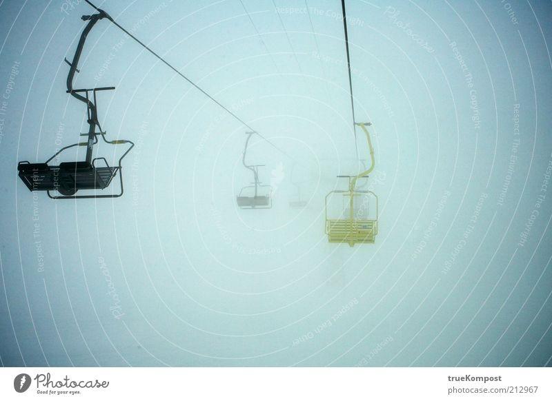 Gelb ist einsam. Winter Einsamkeit dunkel kalt Schnee Berge u. Gebirge grau Luft Nebel warten außergewöhnlich Seil Kabel Alpen Gelassenheit Wachsamkeit